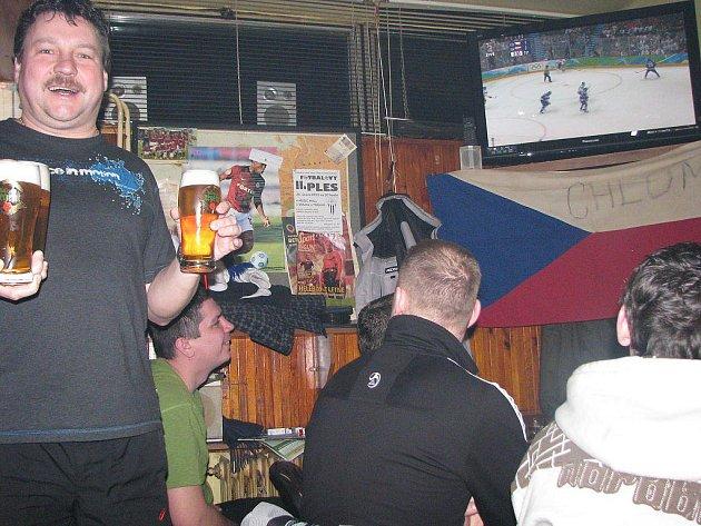 Našim hokejistům fandili také chlapi v Chlumu u Třeboně v zařízení místními zvaném Autobus u fotbalového stadionu.