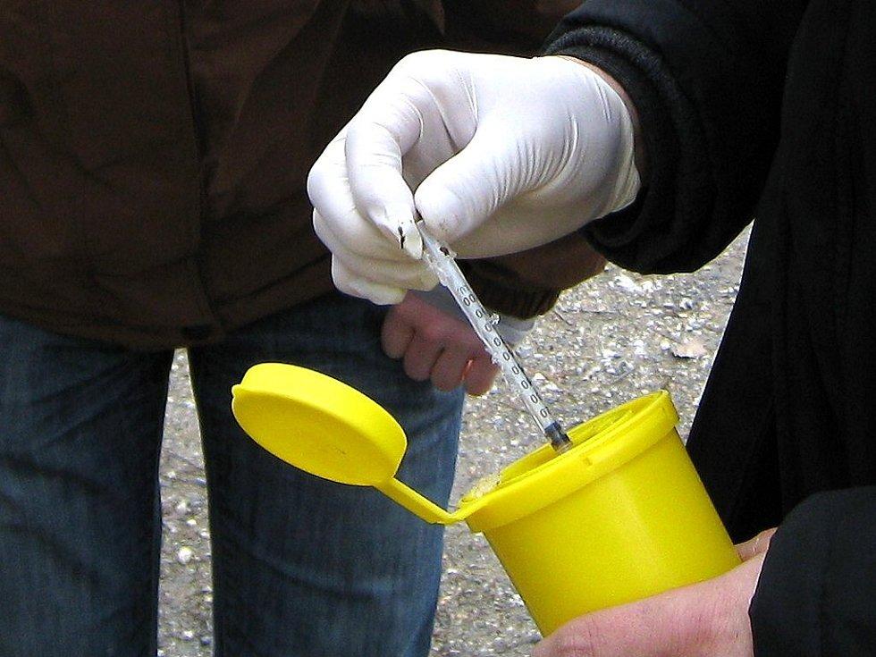 Nalezené jehly a další propriety je nutné sbírat v rukavici a nejlépe pinzetou do uzavíratelné nádoby. Ilustrační foto.