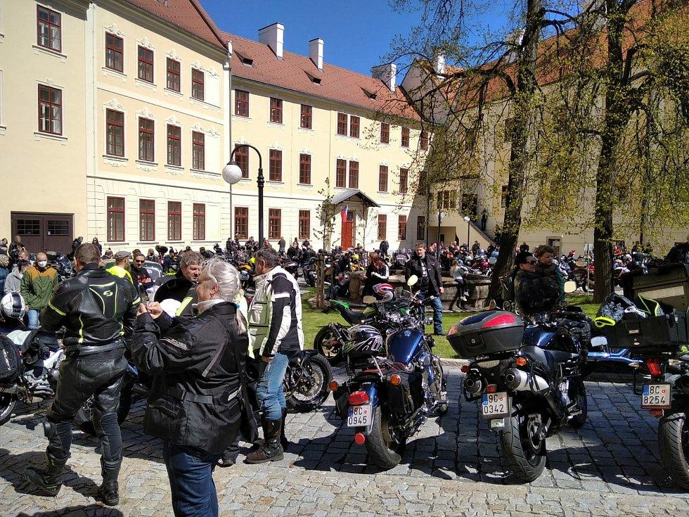 Milovníci motocyklů na nádvoří třeboňského kláštera symbolicky zahájili sezonu.