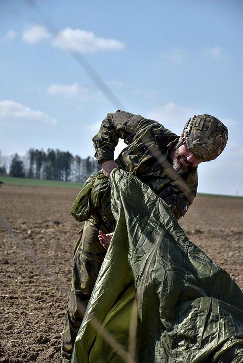 Komplexní výsadkový výcvik u 42. mechanizovaného praporu Svatováclavského v Táboře.