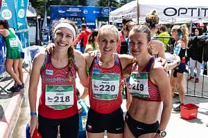 České reprezentantky Adéla Stránská, Pavla Schorná a Tereza Hrochová (zleva) obsadily na MS v běhu do vrchu výtečné druhé místo.