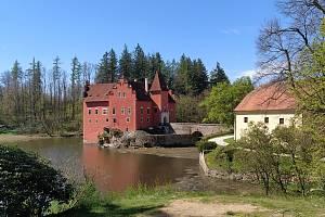 Dominantou Pluhova Žďáru je soukromý zámek. Nedaleko je i Červená Lhota