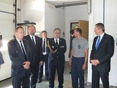 GENERÁLNÍ ŘEDITEL Hasičského záchranného sboru ČR Drahoslav Ryba zavítal do Dačic. Zde se sešel jak se zástupci radnice, tak i místních hasičů.