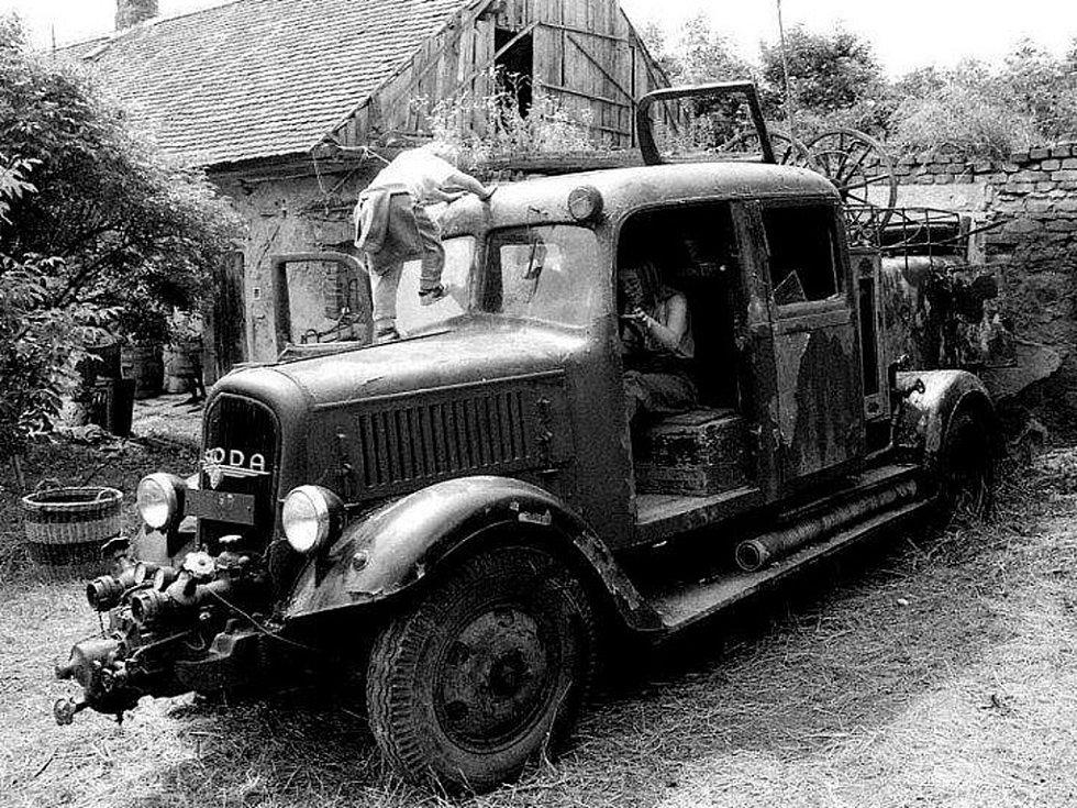 """UNIKÁTNÍ HASIČSKÁ CISTERNA z roku 1942, která patří dačickým dobrovolným hasičům, je nyní vystavena v hasičském muzeu v Bechyni. Hasiči ji před dvěma lety doslova vyrvali """"hrobníkovi z lopaty"""", když ji vytáhli z kopřiv a chtějí ji zrenovovat."""