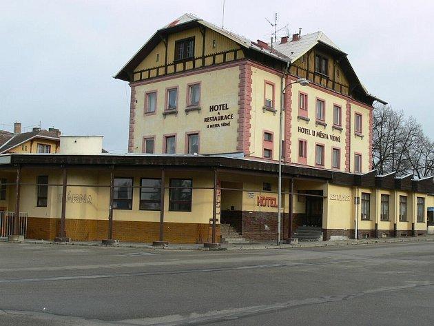 Pohled na historickou budovu nádraží v Jindřichově Hradci, která je již několik let prázdná a chátrá.