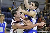 Nová posila basketbalistů Lions Martin Klimeš (vlevo) se marně snaží prosadit přes úpornou obranu Trutnova.