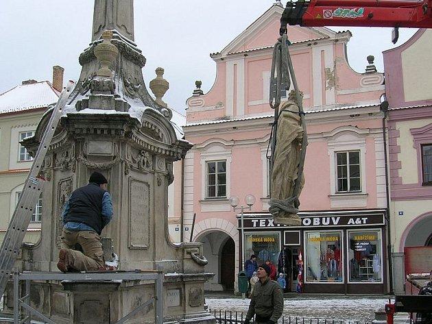 USAZENÍ SOCH. Sochy světců poté, co opustily restaurátorskou dílnu, putovaly zpět na Mariánský sloup v centru Třeboně.
