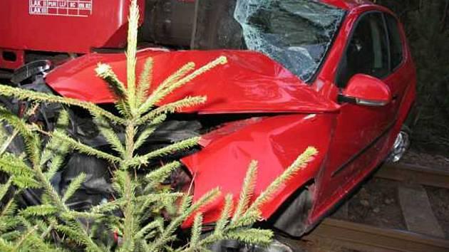 Volkswagen rakouského řidiče skončil pod českým vlakem.