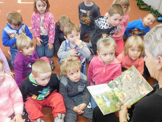 Knihovnice Milena Kodýmová čte také pravidelně dětem ve škole i školce.