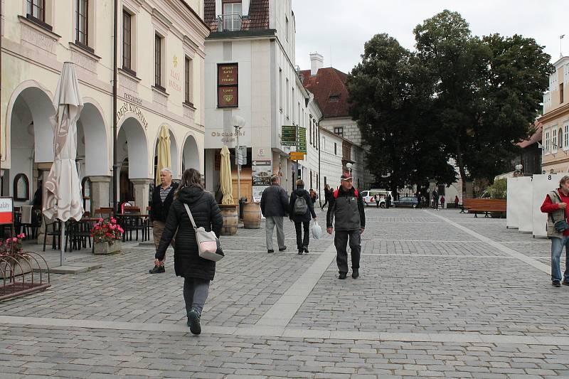 Cyklisté navlečení, lidé v bundách. Takový byl první podzimní den v Třeboni.