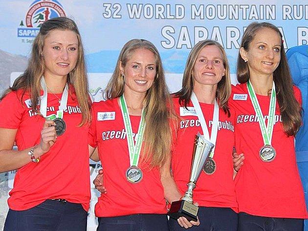 Češky získaly stříbro. Zleva: Petra Nováková, Pavla Schorná, Monika Preibischová a Lucie Maršánová.