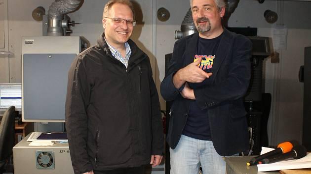V promítací kabině jindřichohradeckého kina Střelnice si režisér Dalibor Stach (vlevo) pochvaloval vysokou návštěvnost svého dokumentu o klinické smrti.