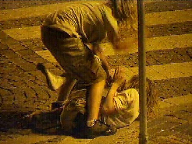 Pouliční rvačka v Jarošovské ulici v J. Hradci