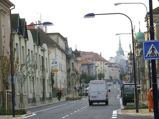 Nové lampy nad přechody v Nádražní ulici v Jindřichově Hradci..