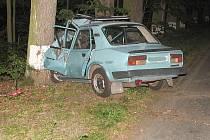 Pohled na zdemolovanou škodovku po nárazu do stromu u Klece na Lomnicku. Řidič utrpěl lehké zranění.