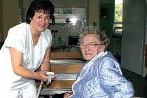 Pacienti mají nyní lůžka na elektrická ovládání. Jak ovladač lůžka funguje, vysvětlila pacientce Vlastě Muranské z Telče vrchní sestra LDN Anna Lovětínská.