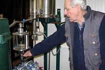 V Samosolské pěstitelské pálenici se proces destilace ovoce odehrává v kotli vytápěném elektrickou energií. Na snímku ho obsluhuje majitel Milan Průša.