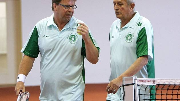 Tenis si do nové haly přišel zahrát i Vladimír Glovan (vlevo) a starosta J. Hradce Karel Matoušek.