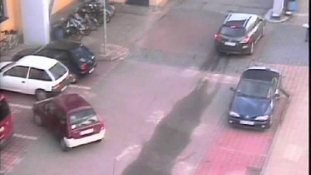 Neznáte někdo tmavě červené auto s výrazným bílým nebo stříbrným nárazníkem (na snímku ze záznamu kamery). Jeho řidička při parkování v Třeboni poskodila jiné auto a ujela.