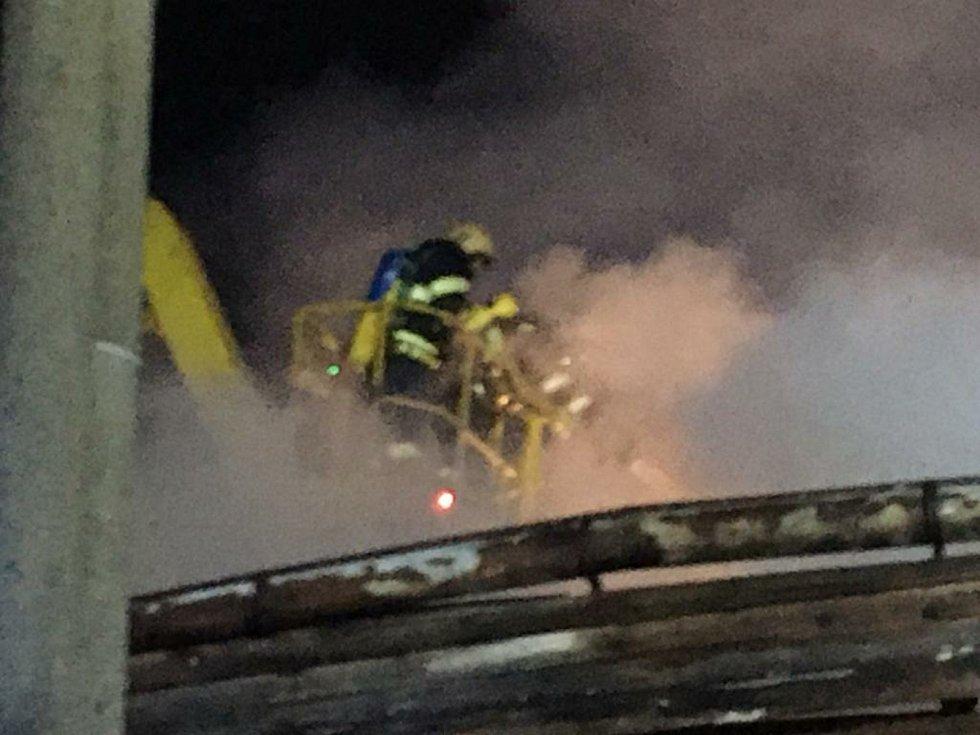 U sobotního požáru na Jindřichohradecku byl vyhlášen druhý stupeň požárního poplachu. Na jeho hašení se podílelo šest jednotek hasičů.