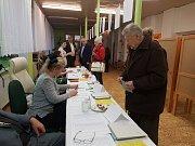 V hradeckém okrsku s číslem 16, sídlícím ve školce v Röschově ulici, byl v první hodině po otevření volební místnosti poměrně klid.