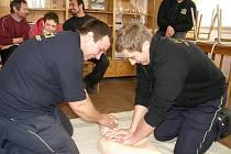 Jindřichohradečtí dobrovolní hasiči procvičovali první pomoc.