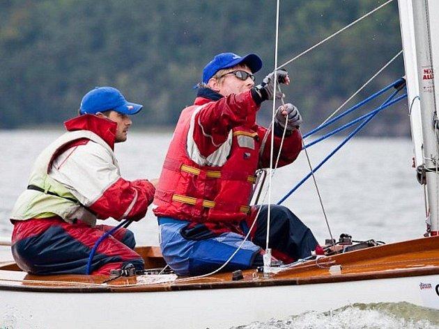 Třeboňští jachtaři Petr Gardavský (vpravo) a Michal Tobolka vybojovali na mistrovství republiky v lodní třídě Pirát třetí místo.