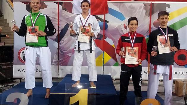 Vít Masař (druhý zleva) z klubu Karate J. Hradec Okinawa Goju ryu Dojo triumfoval na MČR všech stylů klarete v kategorii kata juniorů.