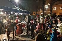 V Dačicích vylosovali předvánoční dárky z Ježíškovy schránky a všechny děti dostaly sladkosti. Pak si všichni zazpívali koledy u betléma na Palackého náměstí.
