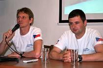 Reprezentanti České republiky v bezmotorové letecké akrobacii Miroslav Černý (vlevo) a Aleš Ferra /mladší/ během besedy v konferenčním sále Muzea Jindřichohradecka.