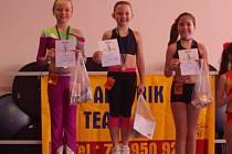 Tři nejlepší z kategorie dívek 8 - 10 let: zleva druhá Adéla Přibylová, vítězka Natálie Čapková a třetí Dominika Beníčková.