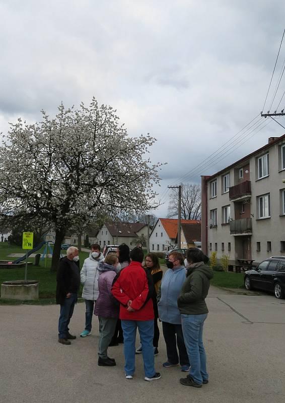 V Člunku na Jindřichohradecku se žije jako v Kocourkově, zasedání zastupitelstva bylo odvoláno dvě hodiny před konáním. Občané a zastupitelé diskutovali před úřadem.