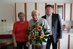 Miroslav Hroch z Nové Bystřice slaví 95. narozeniny 18. března. Gratuloval mu už i starosta Vladimír Bláha.