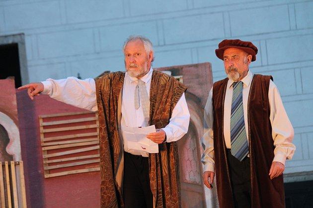 Devatenáctý ročník Jindřichohradecké činohry se koná ve dnech 7. a 8. července. Herci si v předvečer premiéry odbyli generální zkoušku.