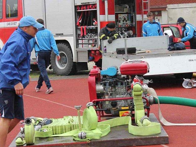 BEZ OHLEDU na deštivé počasí na hřišti na sídlišti Vajgar v Jindřichově Hradci nacvičovalo jihočeské soutěžní družstvo profesionálních hasičů jednu z disciplín blížícího se mistrovství republiky, a to požární útok. Na snímku je trenér Martin Hrádek.