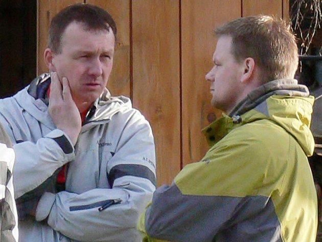 Plnou hlavu starostí má v současné době kouč Kardašovy Řečice Aleš Brunner (vlevo v rozhovoru s  oporou týmu Pavlem Kvasničkou). Jeho mužstvu se na jaře vůbec nedaří, o čemž svědčí i debakl v Nové Včelnici 0:7.
