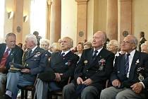 VOJENSKÉ POCTY. Jindřichohradecká kaple svaté Maří  Magdaleny se stala v sobotu dějištěm slavnostního uvítání vzácných hostů, účastníků již 14. setkání československých válečných letců.