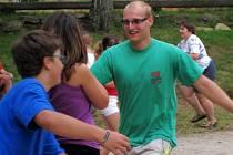 NA HŘIŠTI.  Cvičení a řada sportovních her a klání se odehrává na místním hřišti kousek nad školou. Na snímku je při rozdělování dětí do soutěžních družstev vedoucí Jan Becher z Lužnice.