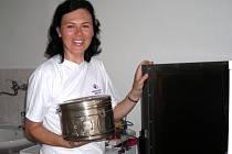 Jednou ze zdravotních sester, které se budou v ordinaci střídat,  je i Martina Huleová (na snímku). Před zahájením provozu také ona pomáhala a kontrolovala zdravotnické zařízení.
