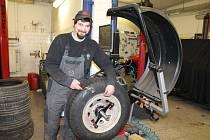 ODBORNÉ PŘEZUTÍ pneumatik zajistí bezpečnost, ale pomůže i značně ušetřit náklady na provoz auta. Na snímku vyvažuje kola Václav Potužák z jindřichohradecké firmy SOME.