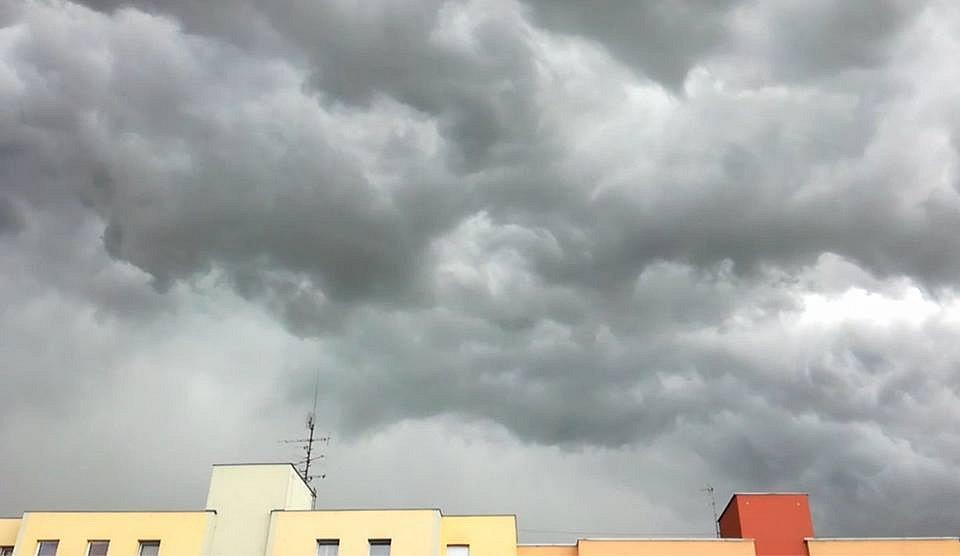 V Českých Budějovicích pršelo a bouřilo.