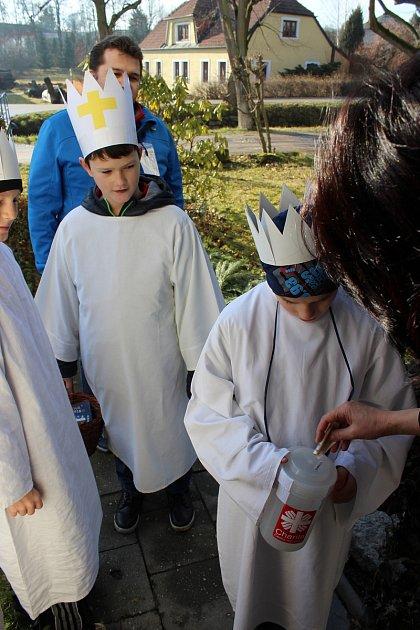 Do slavonické ulice Na Potoku přišli na koledu tři králové zchlapeckého oddílu Junáka pod vedením Radka Bureše. Foto: Libor Karásek