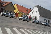 Policejní zátah v pátek odpoledne u polikliniky v J. Hradci.