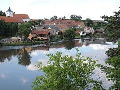 Pohled na Budečský rybník, jehož hráz a výpustní zařízení jsou v havarijním stavu.