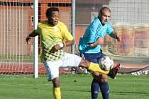Raymond Darkeh (vlevo) pomohl dvěma góly k výhře jindřichohradeckých fotbalistů nad Doubravkou 4:2.