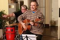 Návštěvníci gymnázia si užili příjemné muziky.