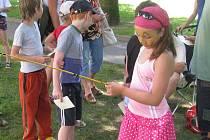 V akci s názvem Hurá na prázdniny se v úterý v jindřichohradeckém parku loučily děti se školou.