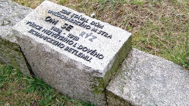 CHYBĚJÍCÍ PÍSMENA. Pohled na památník Tomáše Krýzy v Jindřichově Hradci, který nyní čeká oprava.