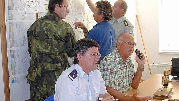 KRIZOVÝ ŠTÁB. Zásadní rozhodnutí o zásazích při povodních v roce 2002 na Jindřichohradecku byla v rukou krizového štábu, kterému předsedal tehdejší přednosta okresního úřadu Zdeněk Žemlička. Na snímku sedí vpravo a telefonuje.