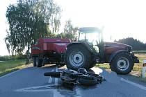 Osudná srážka motocyklu s traktorem u Strmilova.